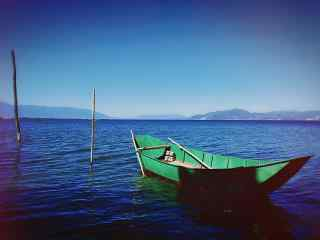 洱海绿色小船风景图片高清桌面壁纸