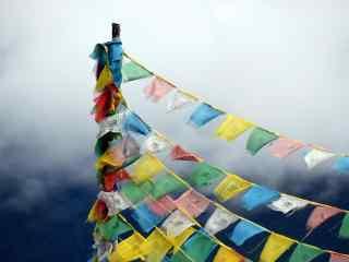 彩色风马旗神圣山头风景图片桌面壁纸