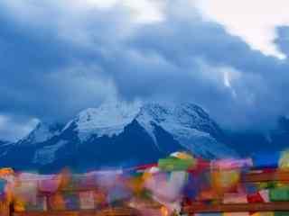彩色风马旗雪山背景图片桌面壁纸