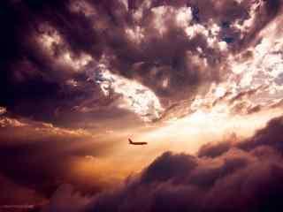 飞机翱翔穿过日落