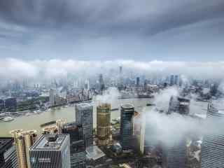 上海:云雾缭绕的现代化都市