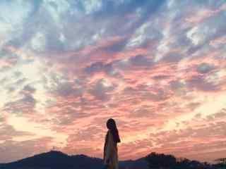 粉色夕阳美景与美女图片桌面壁纸