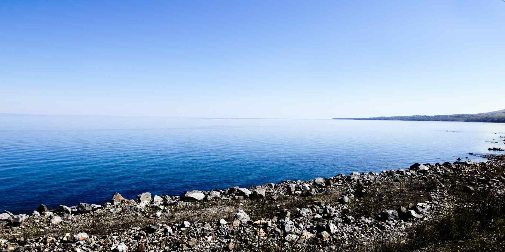 贝加尔湖美丽湖面风景图片