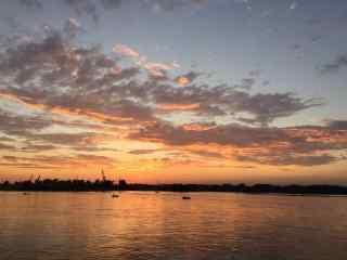 贝加尔湖黄昏火烧云景色图片