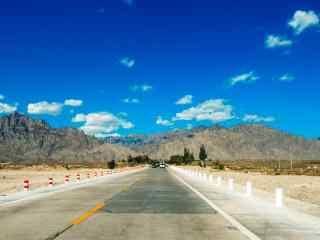万里晴空的贺兰山脉风景图片