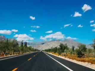 贺兰山宽阔马路风景图片高清桌面壁纸