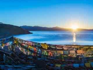 旭日东升的玛旁雍错风景图片