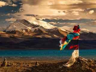 玛旁雍错湖边唯美经幡旗图片高清桌面壁纸