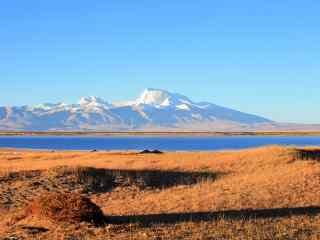 玛旁雍错高原上的雪山风景图片