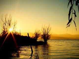 洱海湖面上唯美日出图片