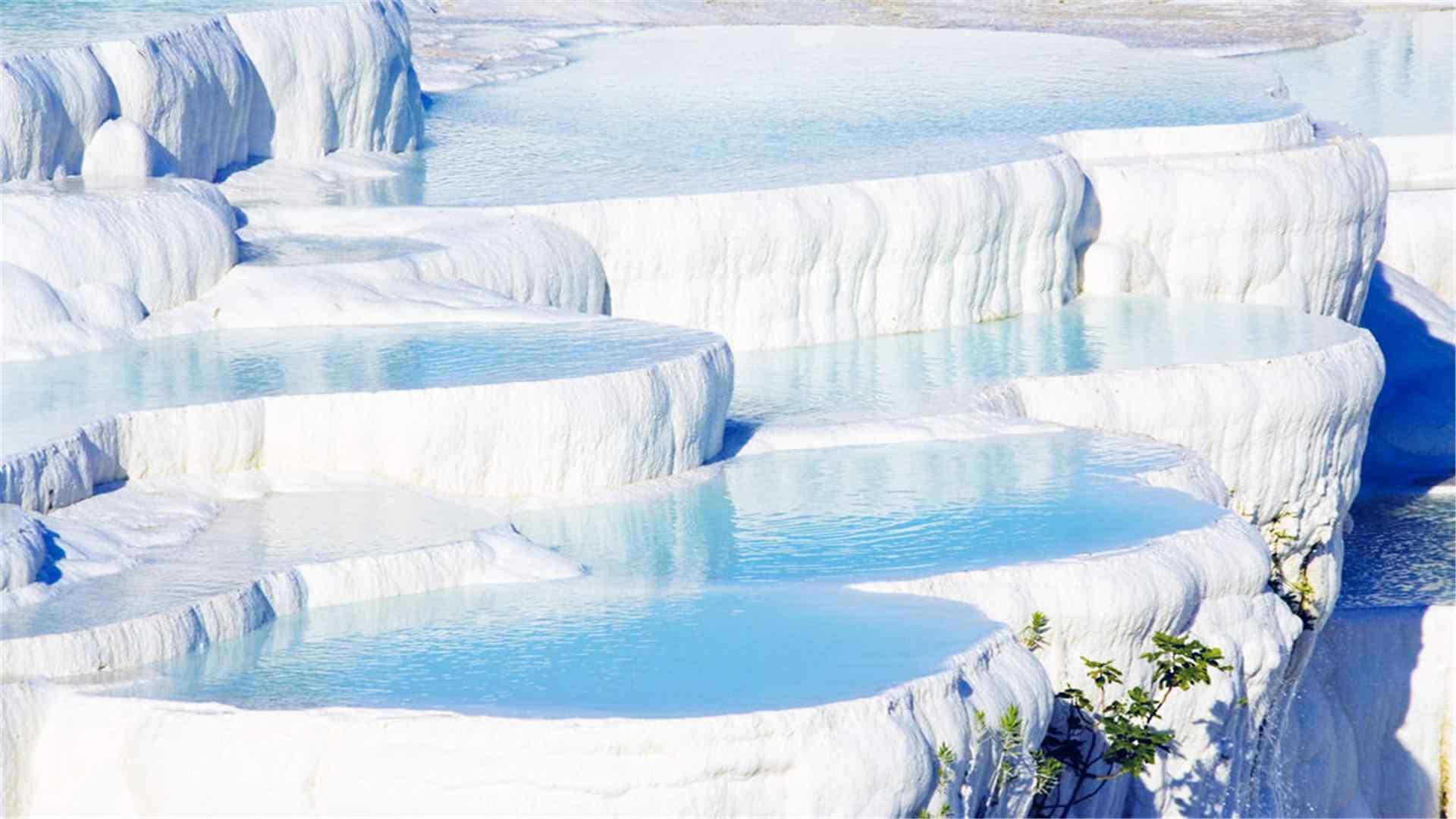 棉花堡白色岩石蓝色泉水图片