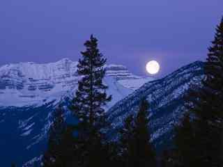 雪山上明亮的月光图片桌面壁纸
