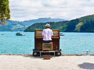 美丽湖泊边演奏的钢琴家图片