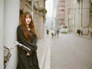 美女在街道口街拍桌面壁纸