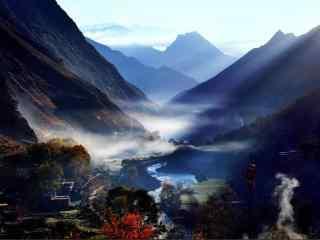 云雾缭绕的河谷风景高清桌面壁纸