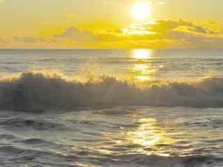 夕阳下的海浪桌面壁纸