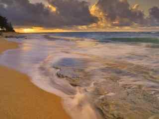 沙滩与海浪桌面壁纸