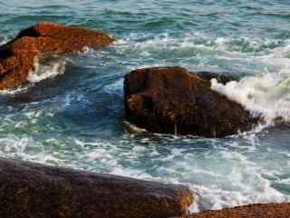 拍打在岩石上的海浪风景壁纸