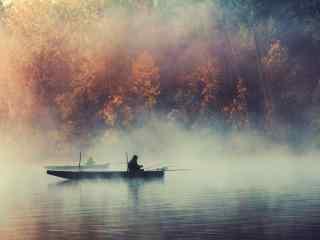 小船在云烟缭绕的