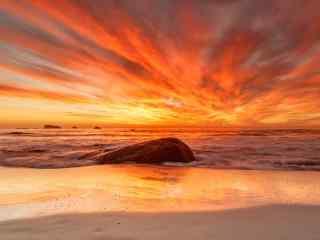 火红的夕阳照亮着