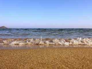 唯美浪花拍打着沙