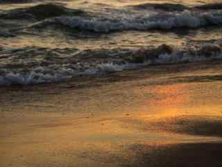 海浪拍打着沙滩桌