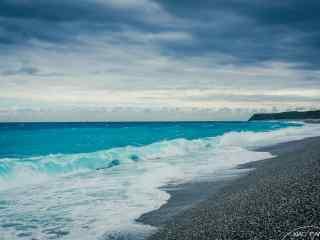 蔚蓝的大海冲刷着