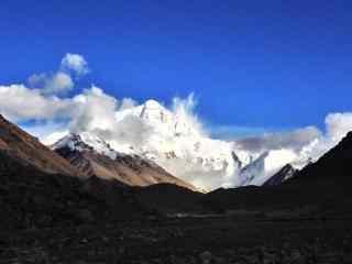 云层缭绕的珠穆朗玛峰雪山桌面壁纸
