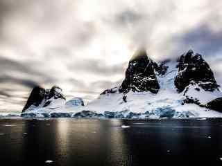清晨冰川雪山山峰壮丽桌面壁纸