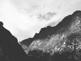 高耸入云的山峰风景桌面壁纸