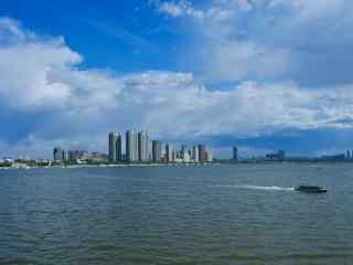 蓝色唯美的松花江风景图片