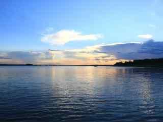 唯美蓝天下的松花江风景图片