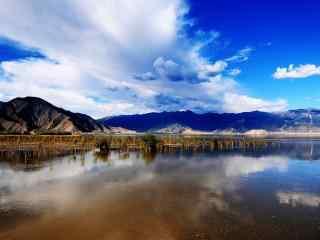 蓝天下唯美的雅鲁藏布江风景壁纸