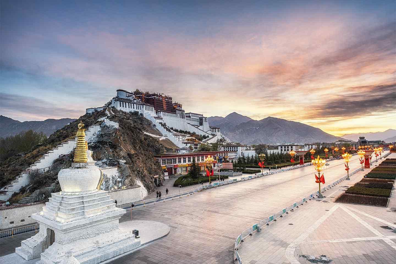 西藏拉萨风景_西藏拉萨圣地布达拉宫桌面壁纸 -桌面天下(Desktx.com)