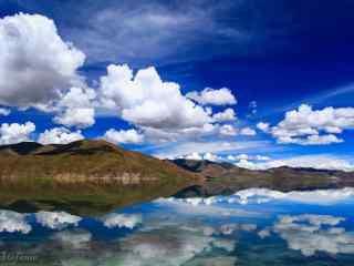 蓝天白云下的羊卓雍错桌面壁纸