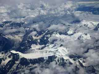 云雾缭绕的喜马拉雅山桌面壁纸