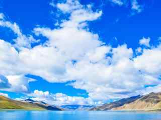 蓝天白云下的羊卓雍错圣湖桌面壁纸