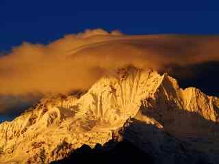 清晨金光下的梅里雪山桌面壁纸