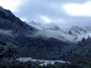 白雪皑皑的三神山桌面壁纸