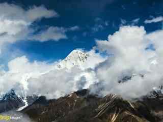 蓝天下云朵环绕在贡嘎山桌面壁纸