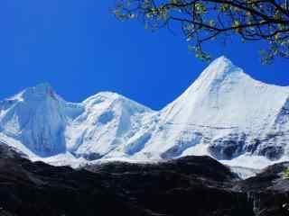 唯美壮丽的雪山三神山桌面壁纸