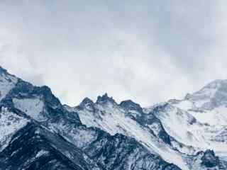 唯美大雪覆盖的贡嘎山桌面壁纸