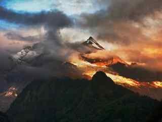 火红的余辉下的梅里雪山桌面壁纸