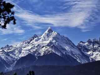 蓝天白云下的梅里雪山桌面壁纸