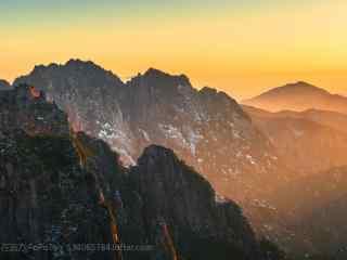 落日的彩霞笼罩在黄山桌面壁纸