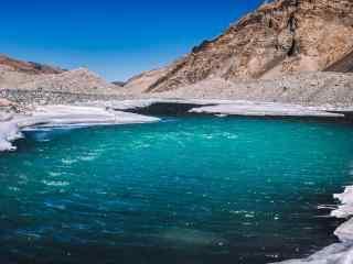 珠穆朗玛峰山脚下的河水桌面壁纸