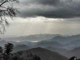 云雾缭绕的莫干山山峦桌面壁纸