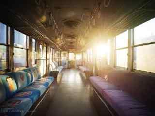 落日阳光照射在电车座位上桌面壁纸