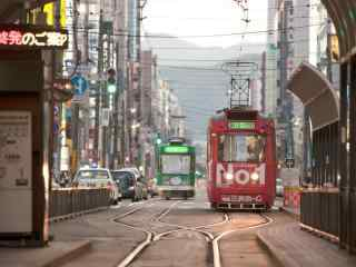 日本街头行驶的复古电车桌面壁纸