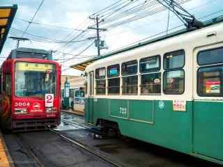 唯美蓝天下红绿两辆电车行驶桌面壁纸
